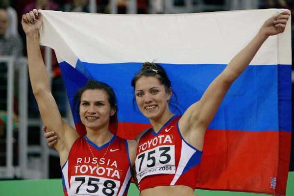 Natalya Nazarova of Russia (left) celebrates winning the 400m final (Getty Images)