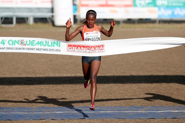 Faith Kipyegon winning at the 2016 Cinque Mulini cross country meeting (Giancarlo Colombo / organisers)