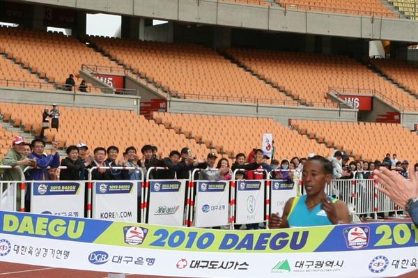 Yeshi Esayias of Ethiopia wins the 2010 Daegu Marathon in 2:29:17 (Organisers)