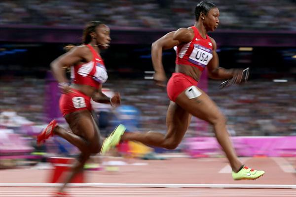 Carmelita Jeter of the United States receives the relay baton fom Bianca Knight of the United States on their way to winning gold in the Women's 4 x 100m Relay Final of the London Olympic Games on 10 August 2010 (Getty Images)