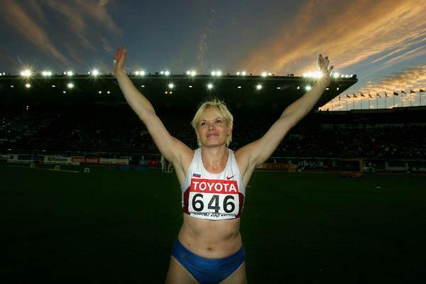 Olga Kuzenkova of Russia celebrates winning the Hammer Throw (Getty Images)