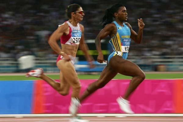 Tonique Williams-Darling leads Ana Guevara in the 400m final (Getty Images)