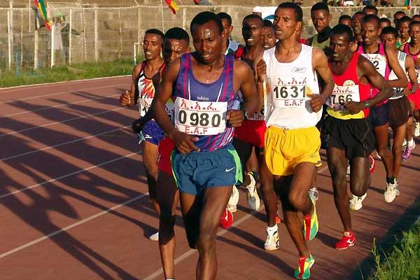 Tadesse Tola (0980) leads the 10,000m - Gebremariam is no. 1631 - at the 2007 Ethiopian Champs (Nahom Tesfaye)