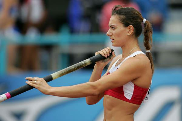 Yelena Isinbayeva prepares for the Pole Vault qualification round (Getty Images)