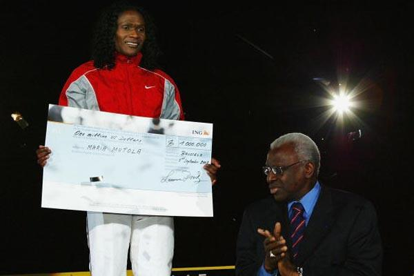 Maria Mutola receives a one million dollar cheque from IAAF President Lamine Diack (Getty Images)