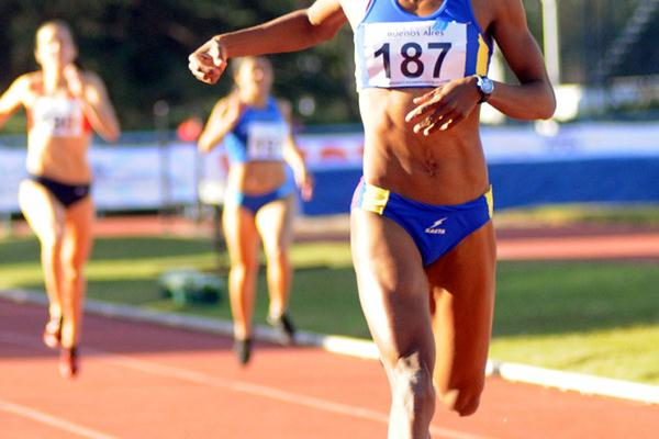 Norma González takes the South American 400m title in Buenos Aires (Eduardo Biscayart)