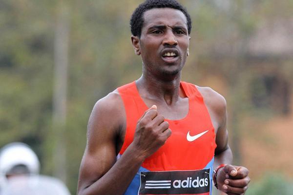 Sisay Lemma en route to his Carpi Marathon victory (Giancarlo Colombo)