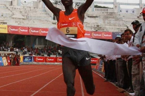 Titus Mbishei winning the Sunfeast 10K in Bangalore (organisers)
