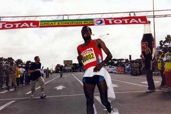 Sileshi Sihine crossed the line to win the 2003 Great Ethiopian Run (E.Negash)