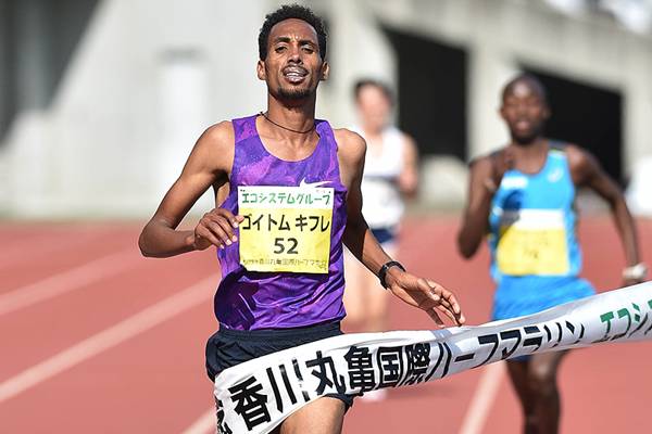 Goitom Kifle wins the Marugame Half Marathon (Masamichi Makino)