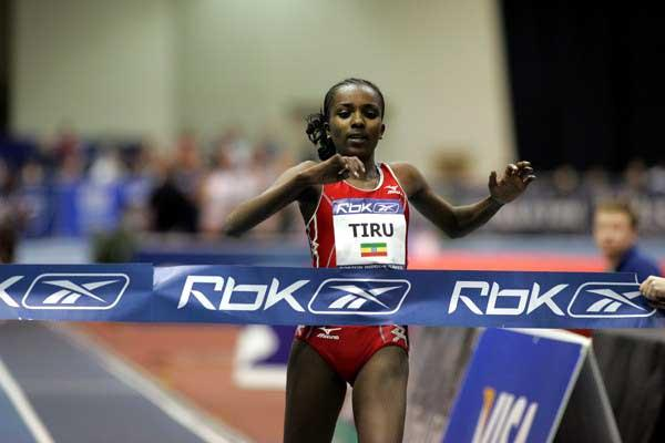 Tirunesh Dibaba finishes her fast 5000m in Boston (Victah Sailer)