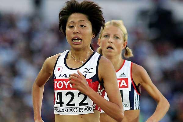Susanne Wigene (NOR) follows Japan's Kayoko Fukushi in the Helsinki 5000m (Getty Images)