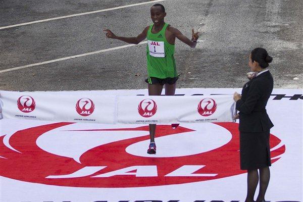 Nicholas Chelimo wins the 2011 Honolulu Marathon (courtesy of the Honolulu Marathon)