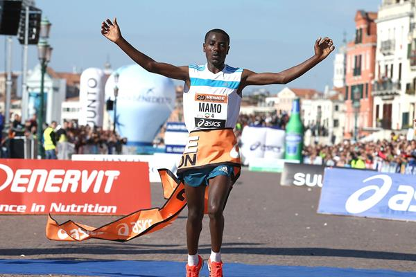 Behailu Mamo winning at the 2014 Venice Marathon (Giancarlo Colombo)