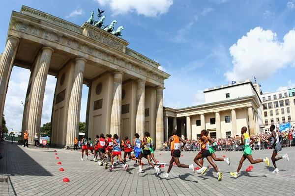The Marathon lead pack races through the Brandenburg Gate at the 12th IAAF World Championships in Berlin (Getty Images)