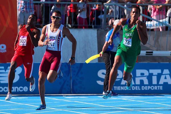 Aldemir da Silva winning the 200m at the 2014 ODESUR Games (Oscar Muñoz Badilla)