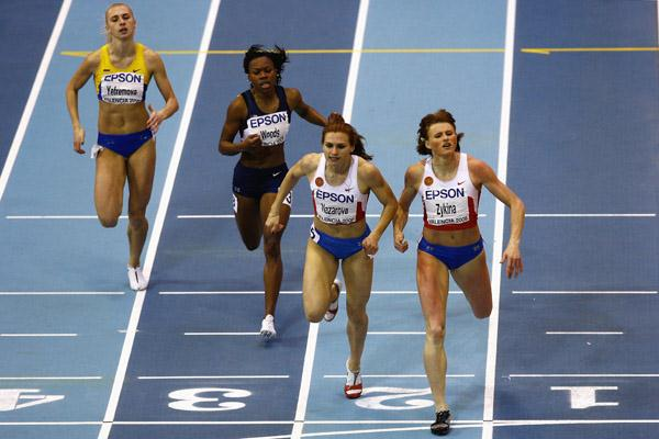 Olesya Zykina and Natalya Nazarova dip for the line in the women's 400m (Getty Images)