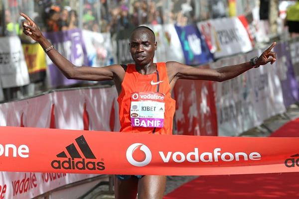 Stephen Kibet winning at the 2014 Rock 'n' Roll Vodafone Half Marathon of Portugal (organisers / www.photorun.net)