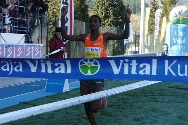 Teklemariam Medhin winning in Llodio (Miguel Alfambra)
