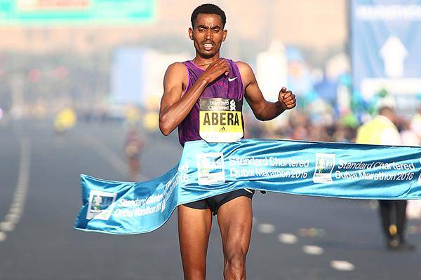 Tesfaye Abera wins the Dubai Marathon (Giancarlo Colombo)