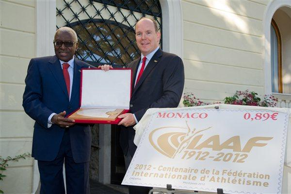President Lamine Diack presents an IAAF Centenary Plaque to HSH Prince Albert II of Monaco (Gaëtan Luci / Palais princier)