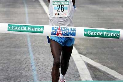 Kenyan Salim Kipsang wins the 2005 Paris Marathon (AFP/Getty Images)