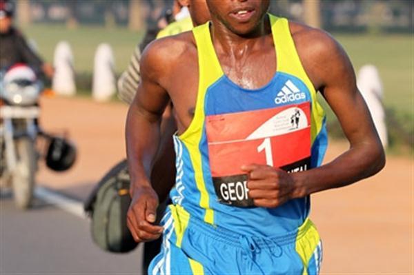 Geoffrey Mutai en route to victory at the Delhi Half Marathon (Victah Sailer)