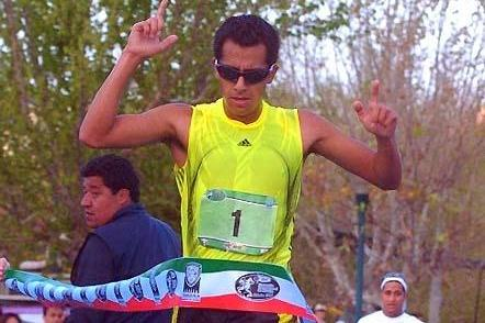Eder Sanchez takes the 20km victory at the 2009 Chihuahua Race Walking Challenge event (Alex Aguirre)