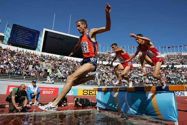 Simon Vroemen of the Netherlands in the heats of the 3000m Steeplechase (Helsinki 2005) (Getty Images)