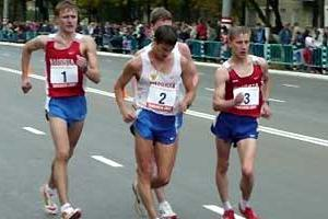 Vladimir Kanaykin (n.2) head-down in pursuit of the win in Saransk (Paul Warburton)
