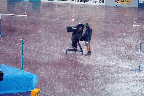 Cameraman braves the storm (IAAF)