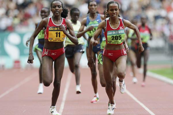 Tirunesh Dibaba narrowly edging Meseret Defar (Getty Images)