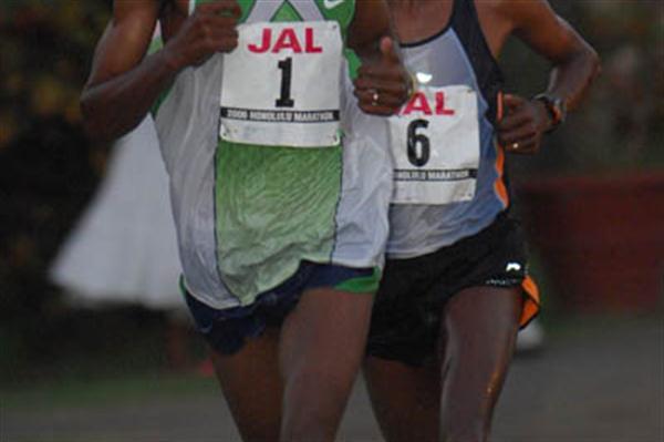 Jimmy Muindi leads Ambesse Tolosa at the 2006 Honolulu Marathon (Courtesy of Honolulu Marathon)