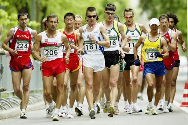 Robert Korzeniowski (POL) leads the pack early on in the race (Getty Images)