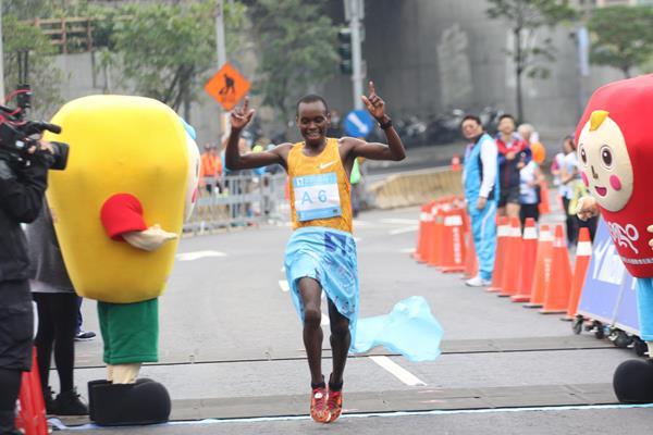 William Chebon Chebor winning the 2016 New Taipei City Wan Jin Shi Marathon (Organisers)