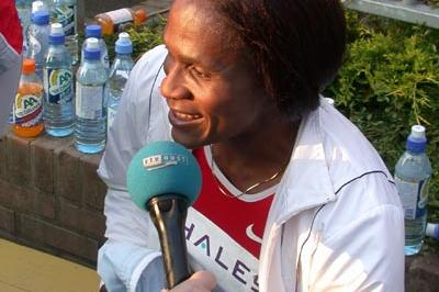 Maria Mutola after winning the 800m in Hengelo Grand Prix (Willem Pfeiffer)