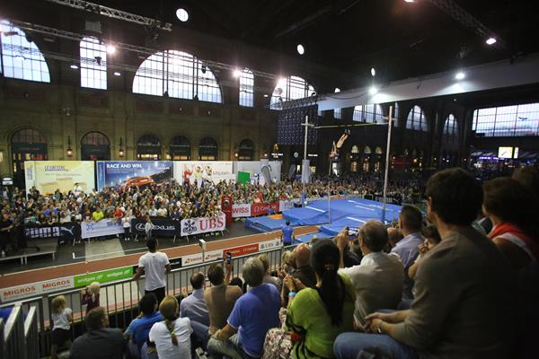 Men's pole vault at Zurich Main Railway Station, 2015 IAAF Diamond League final (Jean-Pierre Durand)