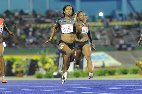 Shelly-Ann Fraser-Pryce (c) on the way to a blistering 10.70 national record in Kingston (Anthony Foster)