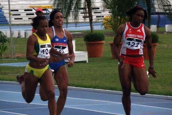Tahesia Harrigan (left) on the way to 100m win at the 22nd Central American and Caribbean Athletics Championships (Javier Clavelo Robinson)