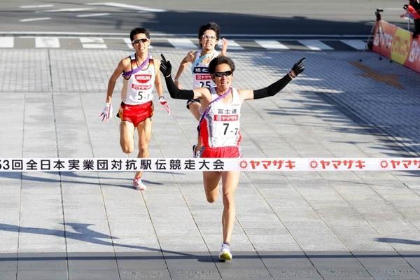 Ryoji Matsushita of Fujitsu kicks to a narrow victory at the 2009 New Year Ekiden in Maebashi (Kazutaka Eguchi/Agence SHOT)