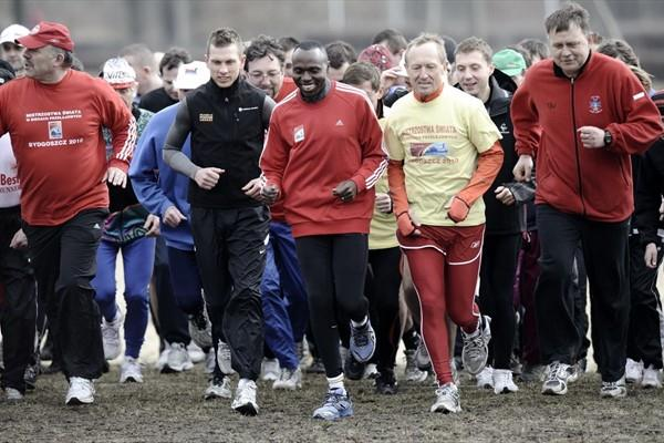 Wilson Kipketer leads the promotional run in Bydgoszcz on 21 March (Roman Bosiacki)