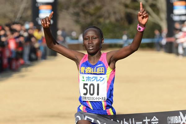 Kenya's Rosemary Wanjiru wins the women's race at the 2013 Chiba International Cross Country (Yohei Kamiyama - Agence SHOT)