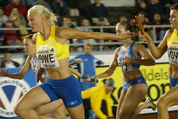 Kluft takes the baton in the 4x100m relay in Helsinki (Juha Sorri)