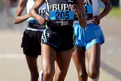 Derartu Tulu leads Kidane (left) and Adere (right) in the 2005 BUPA Great North Run (Mark Shearman)