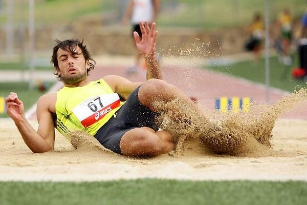 Mitchell Watt long jumping in Canberra on 30 January 2010 (Getty Images)