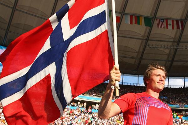 Andreas Thorkildsen flys the flag for Norway after winning the men's Javelin Throw at the 12th IAAF World Championships in Athletics in the Berlin Olympic Stadium (Getty Images)
