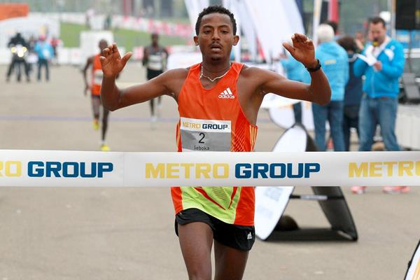Seboka Tola takes down the course record in Dusseldorf (Victah Sailer/photorun.net)