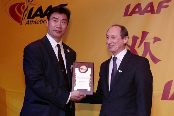 Vice Governor of Jiangsu Province Cao Weixing receives a honorary plaque from IAAF Treasurer Valentin Balakhnichev at Taicang 2014 (Getty Images)