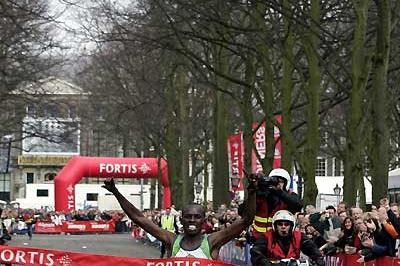 Kenyan Samuel Wanjiru wins the 2007 Fortis City-Pier-City Half Marathon - official time is 58:33 (loc)