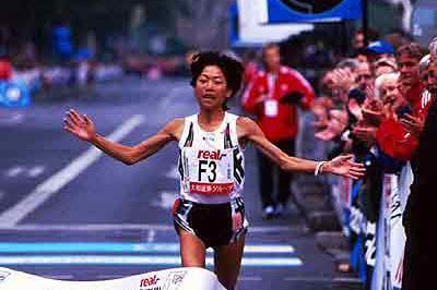 Naoko Takahashi wins 2002 real-Berlin Marathon (Victah Sailer)